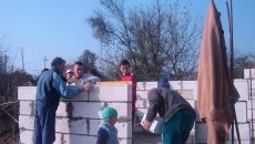 Voluntarii îi ajută pe sinistraţi