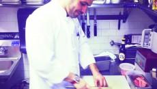 Alex în bucătăria restaurantului spaniol din New York City, unde este Executive Chef și asociat
