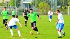 """Adrian Cârstea (la minge) a făcut saltul de la """"satelit"""" la prima echipă şi vrea să devină indispensabil pentru Sândoi şi Cârţu"""