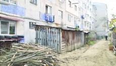 Locuitorii Orşovei şi-au făcut provizii de lemne pe care le-au depozitat în barăcile amenajate în faţa blocurilor