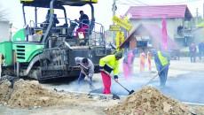 Angajații Tel Drum SA turnau ieri ultima parte a asfaltului din prima etapă