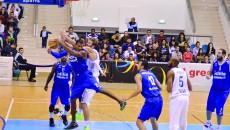 În ultimul meci disputat în Polivalentă, în luna octombrie, ploieștenii (în albastru) s-au impus cu scorul de 97-71, calificându-se în faza următoare a Cupei României
