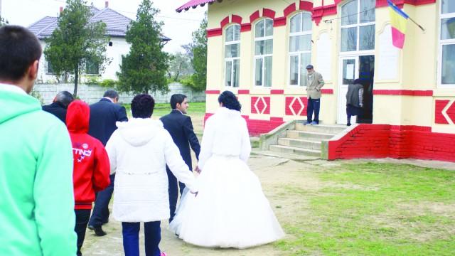 Alegerile prezidenţiale din Dolj au avut de toate: incidente electorale, multe voturi pe liste suplimentare, inclusiv un alai de nuntă
