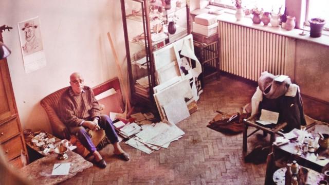 Pictorul Henri H. Catargi, în atelierul său, înconjurat de obiectele ce stau astăzi într-o cameră a Primăriei Scaiești