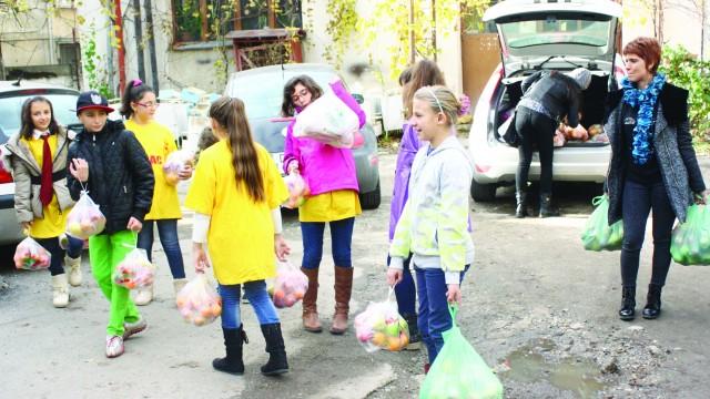 """Elevii Școlii Gimnaziale """"Decebal"""" din Craiova au împărțit bolnavilor de la Spitalul  """"Filantropia"""" fructe și legume"""