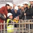 În centrul imaginii, fondatorul ETI, Firuz Kanatli, pune într-o cutiuță un obiect de deochi, care urmează să fie turnat împreună cu cimentul la fundația fabricii de dulciuri din Craiova. Obiceiul a fost păstrat de-a lungul timpului la inaugurarea construcției oricărei fabrici ETI.
