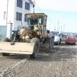 Angajații firmei au început să împrăștie ieri balastul și să-l preseze, pregătindu-se, astfel, de asfaltare