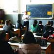 Coordonatorul Centrului de Prevenire, Evaluare şi Consiliere Antidrog Dolj și medicul Oana Mateescu le explică tinerilor riscurile la care se expun dacă fumează