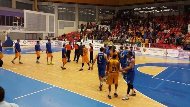 Craiovenii (în albastru) au înregistrat la Sibiu a treia înfrângere consecutivă (sursa foto: Facebook/baschetcraiova)