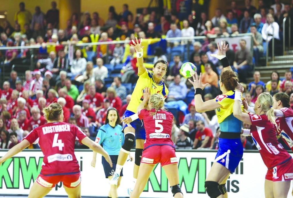 În meciul cu Norvegia, Cristinei Neagu (în galben) și colegelor sale nu le-a ieșit cam nimic  din ce și-au propus (Foto: ehf.com)