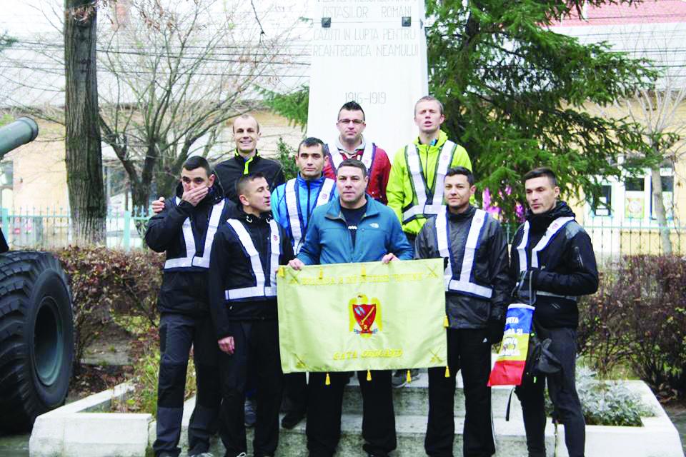 Marius Buşcă (stânga, sus) şi ceilalţi militari craioveni au alergat pentru camarazii lor