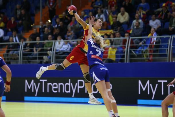 Cristina Neagu (la minge) este vedeta naționalei României