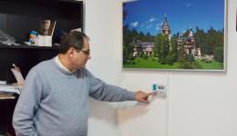 Aurel Tobescu vinde panouri radiante de circa cinci ani. Tabloul din imagine este un astfel de panou care încălzește încăperile. Funcționează pe energie electrică și are un termostat care reglează temperatura în interior. (FOTO: Lucian Anghel)