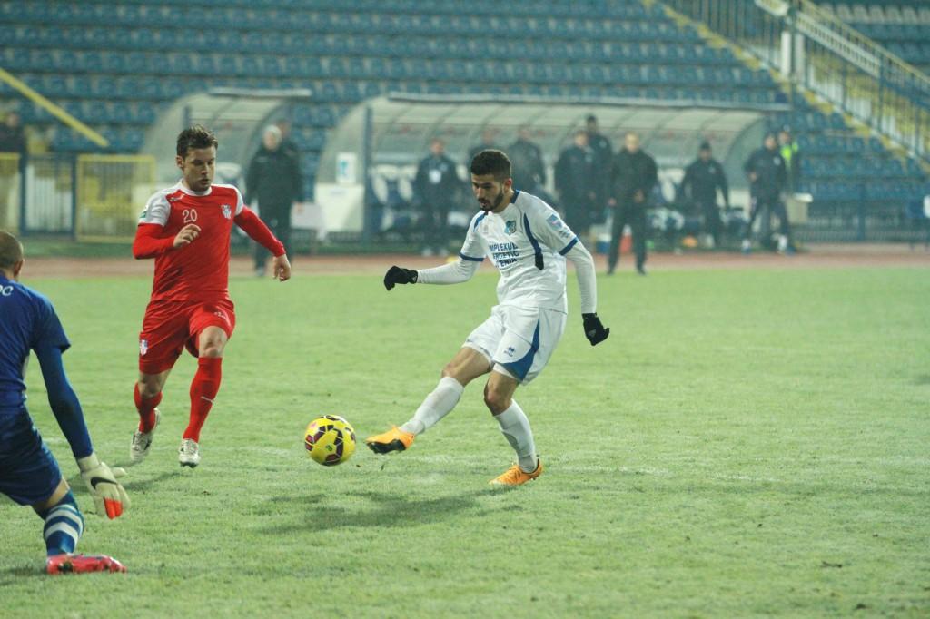 Alin Buleică (la minge) a adus liniştea în tabăra pandurilor în meciul cu Oţelul Galaţi (Foto: panduriics.ro)