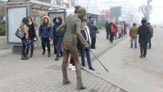 Umbrela din mâna statuii din fibră de sticlă amplasată în stația de autobuz de pe Calea București a fost luată  de RAADPFL pentru a i se înlocui sistemul de prindere FOTO: Traian Mitrache