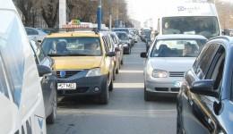 """Proaspăt puse în funcţiune, semafoarele """"inteligente"""" achiziţionate de Primăria Craiova din fonduri europene mai mult încurcă traficul decât îl fluidizează. Cozi de maşini precum cea din  fotografie, din zona Institut, se văd la mai toate semafoarele. (Foto: Claudiu Tudor)"""