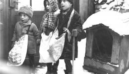 Colindătorii cu traistele de gât şi un ciomag în mână  erau răsplătiți cu covrigi, mere și nuci (Foto: www.ancaduma.ro)