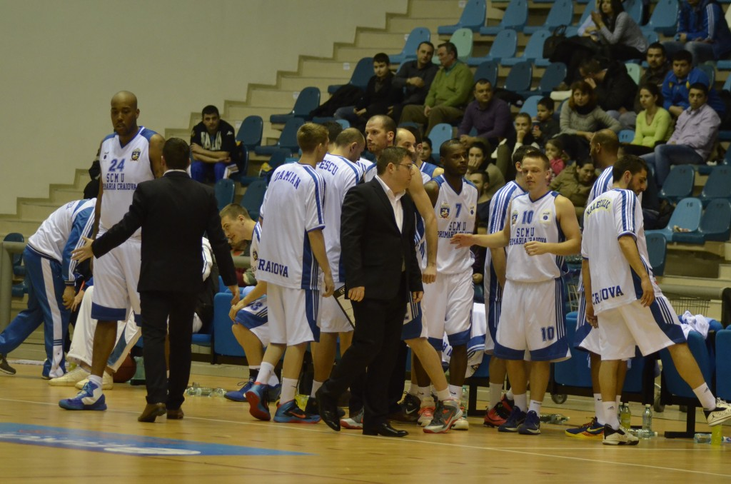 Marius Toma (foto, în centru) s-a retras de la SCM U Craiova