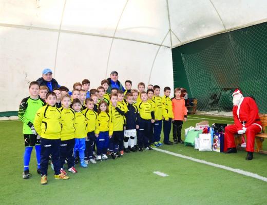Moş Crăciun a fost darnic cu copiii de la Pro Junior Craiova (Foto: Alexandru Vîrtosu)