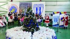 Cei mici s-au bucurat de prezenţa lui Moş Crăciun şi a Crăciuniţei (Foto: Alexandru Vîrtosu)