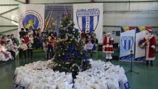 Copiii au primit plase pline cu cadouri de la CS Universitatea Craiova (foto: Alexandru Vîrtosu)