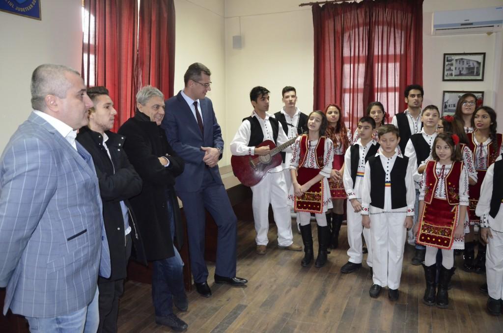 """Felix Grigore, Alex Băluță și Sorin Cârțu au fost plăcut impresionați de colindele pregătire de copii de la """"Sf. Mina"""" (foto: Alexandru Vîrtosu)"""