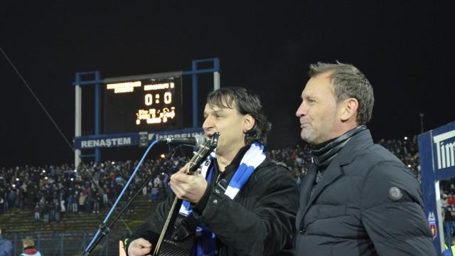 """Andrei Păunescu şi Gică Craioveanu au cântat """"Oltenia Eterna Terra Nova"""" acompaniaţi de întreg stadionul"""