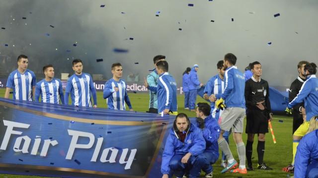 Fotbaliştii celor două echipe s-au salutat printre confetti