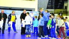 Juniorii de la CSJ şi CSU au primit daruri de la Moş Crăciun şi ajutoarele lui din Craiova Maxima (Foto: Alexandru Vîrtosu)