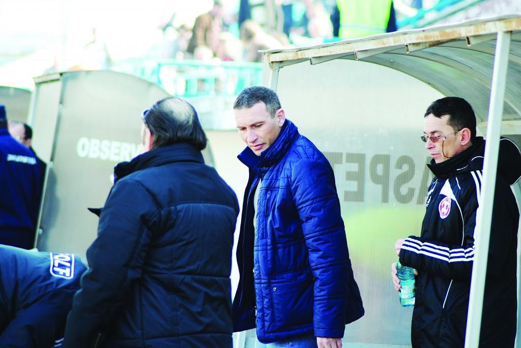 Dan Oprescu (centru) este mulţumit de realizările din turul campionatului şi vrea un retur în forţă (Foto: Alexandru Vîrtosu)