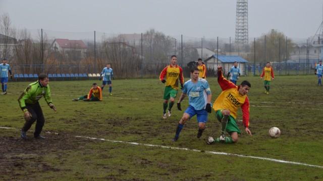 Jucători Ostroveniului (în galben cu verde) nu au avut  probleme numai cu rivalii de la CSU II, ci și cu terenul de joc