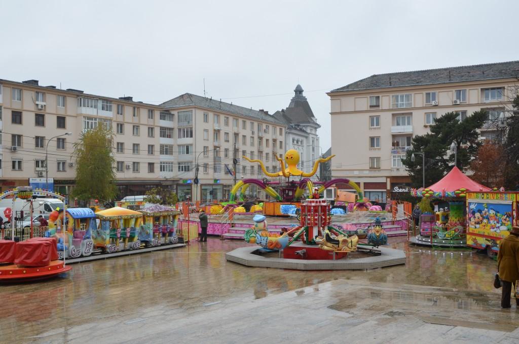 Pentru că i se pune la dispoziție esplanada Teatrului Național cu titlu gratuit, firma PINK PARK din Buzău a organizat aici Orășelul Copiilor și va finanța cu 16.000 de euro spectacolul din noaptea de Revelion - Foto: Lucian Anghel