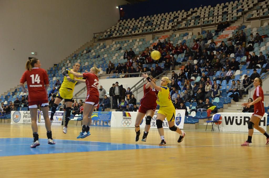 Bianca Bazaliu (în centru, în galben) și colegele sale au oferit craiovenilor un frumos spectacol handbalistic