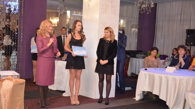 Aurora Ungureanu Dobre (stânga) a primit premiu pentru activitatea Asociaţiei PRO EFS Craiova