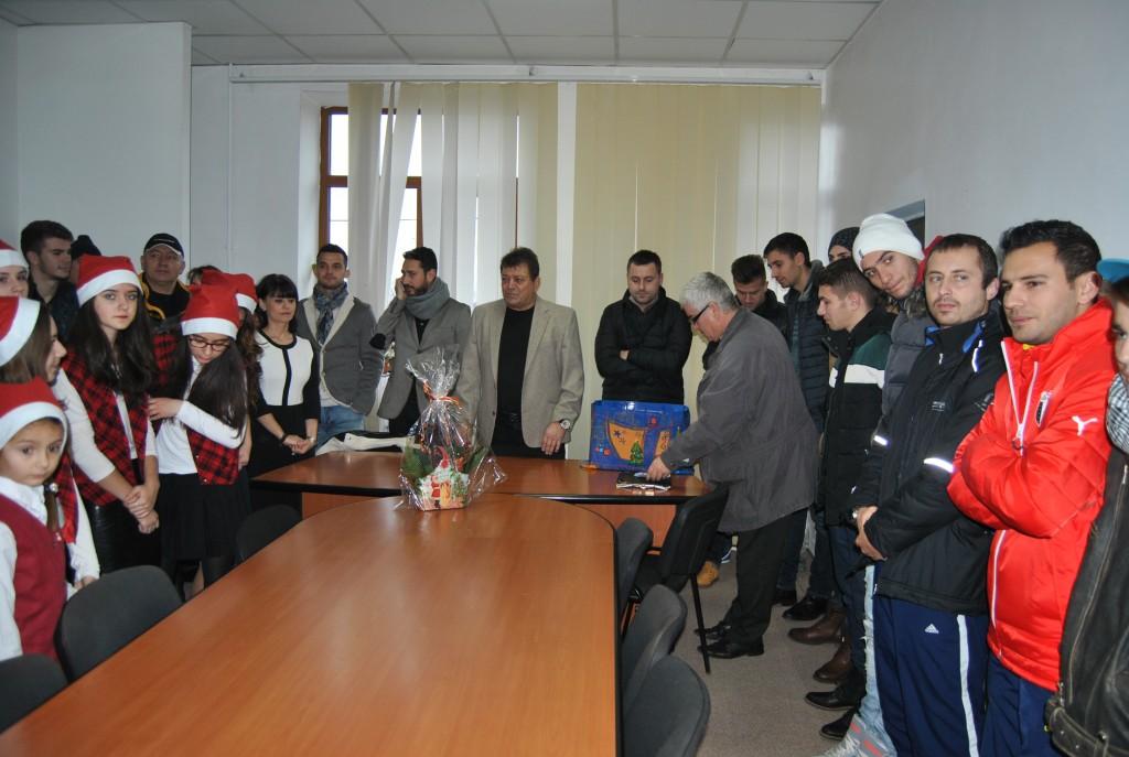 Primarul Gheorghiță, oficialii clubului și jucătorii au primit colindătorii în această dimineață (foto: fcpodari.ro)