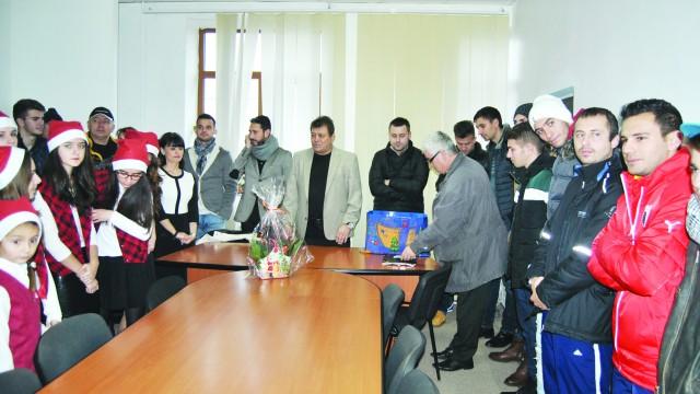Primarul Gheorghiţă, jucătorii şi oficialii clubului au primit colindătorii la primărie (Foto: fcpodari.ro)