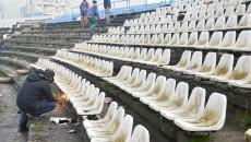 Angajații primăriei demontează scaunele și pregătesc stadionul pentru demolare Foto: Lucian Anghel