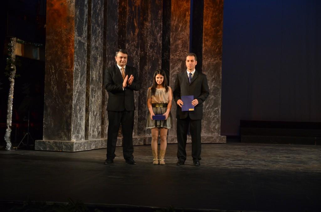 Ștefania Priceputu și Geri Mitroi au fost premiați de Georgică Bercea, inspector general școlar al IȘJ Dolj (foto: Claudiu Tudor)
