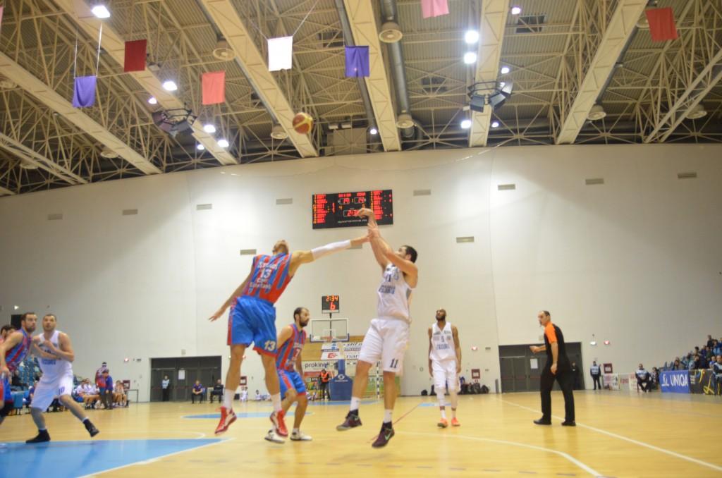 Zoki Krstanovic (în alb) a marcat 27 de puncte împotriva Stelei