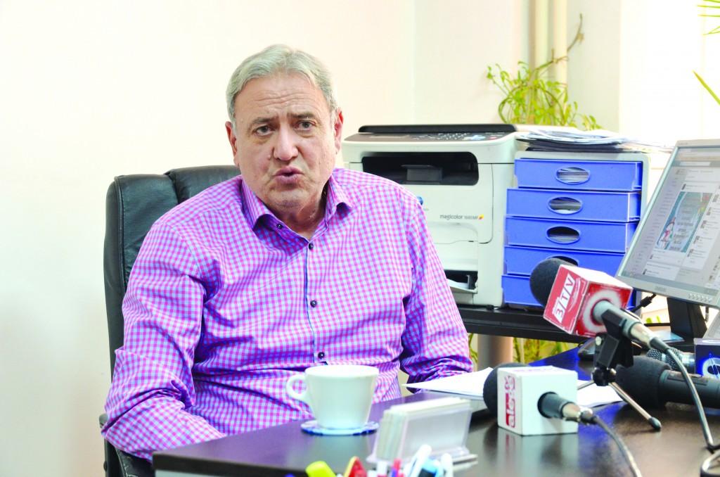 """Constantin Lungulescu, președintele filialei """"Spiru Haret"""" Dolj, a prezentat câteva propuneri pe care le va face Ministerului Educației pentru noua modificare a Legii Educației (Foto: GdS)"""