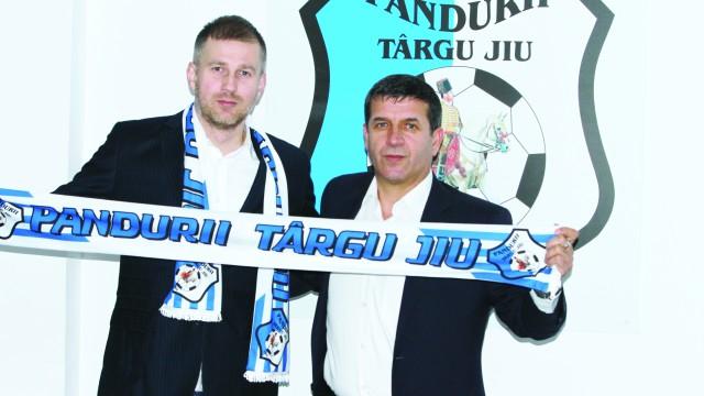 Edi Iordănescu (stânga) şi Eugen Pîrvulescu trebuie să scoată Pandurii din impas (Foto: panduriics.ro)