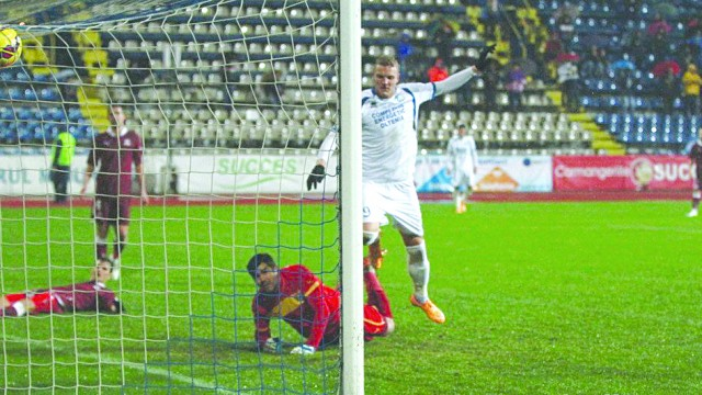 Matulevicius (în alb) a stabilit scorul final al meciului de la Târgu Jiu