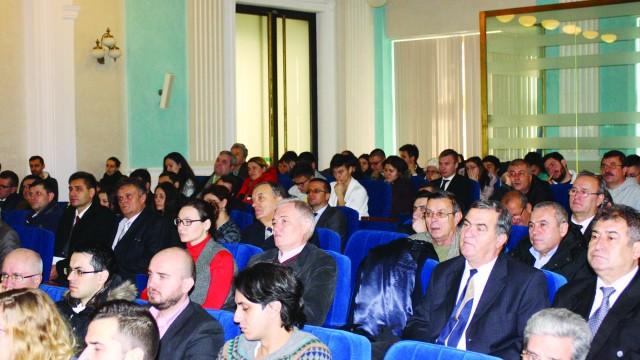 La lansarea monografiei de la Universitatea din Craiova au participat studenți, dar și foști pacienți ai profesorului Irinel Popescu (FOTO: Claudiu Tudor)