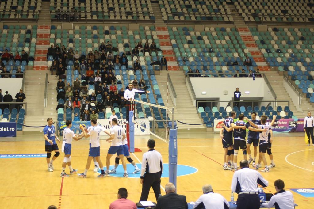 Craiovenii (în alb) au fost foarte aproape de victorie în disputa cu Tomis Constanţa