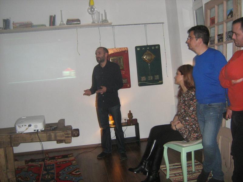 Dan Nica prezentându-şi lucrările expuse în atelier de ARHITECTURĂ, deschis astăzi