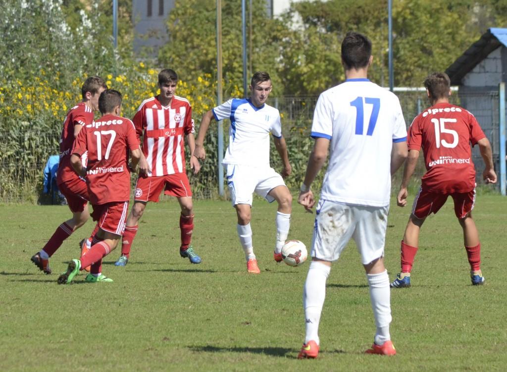 Sergiu Jurj (la minge) va îmbrăca tricoul României U17 în amicalul cu Franța U17