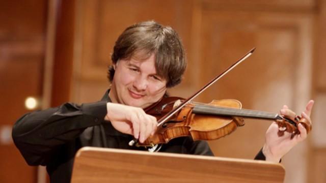 """Liviu Prunaru (foto) alături de orchestra Filarmonicii """"Oltenia"""", Antoine Rebstein (dirijor) și Sophia Reuter (violă) au încheiat seria celor 41 de evenimente din cadrul Festivalului """"Craiova Muzicală"""" (FOTO: Traian Mitrache)"""