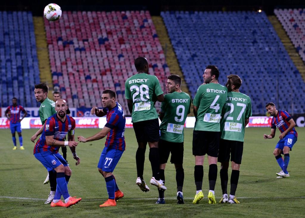 Lucian Sânmărtean (dreapta) rămâne cel mai periculos jucător al Stelei pentru meciul din Cupă, cu CSU Craiova