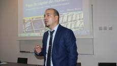Reprezentantul BVB, Remus Stoica, le-a explicat craiovenilor cum pot participa la concursul de tranzacții virtuale, care are premii în bani reali - FOTO: Claudiu Tudor