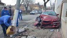 Mazda scăpată de sub control a rupt un stâlp și a avariat două autoturisme parcate pe strada Câmpia Islaz - FOTO: GdS